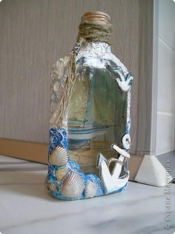 вот и бутылочку доделала!!!!якорь и чайка из солёного теста,по бокам---акриловая шпатлёвка и ракушечки с морррря!!!! фото 2
