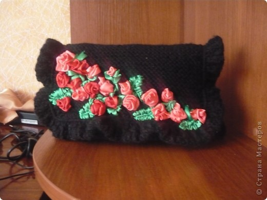 Вязанная сумочка-клатч вишытая лентами фото 6