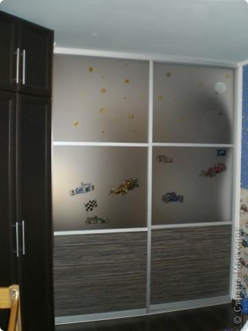нишу в ванной комнатие закрыли стеклянными дверцами,  а снаружи расписала витражными красками фото 6