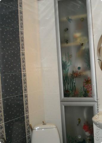 нишу в ванной комнатие закрыли стеклянными дверцами,  а снаружи расписала витражными красками фото 2