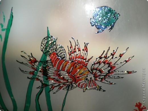 нишу в ванной комнатие закрыли стеклянными дверцами,  а снаружи расписала витражными красками фото 3