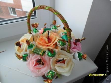 """Это наши первые букеты из конфет. Мы их сделали с дочкой ко Дню учителя. Нам очень понравилось их создавать, а учителям получить такие подарки. Букет тюльпанов с """"рафаэлками"""". фото 3"""