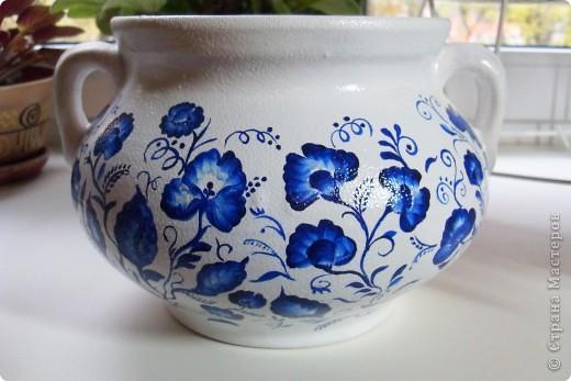 Глиняный вазон (или горшочек) покрыла белой акриловой краской, ну а потом расписала синим акрилом фото 1