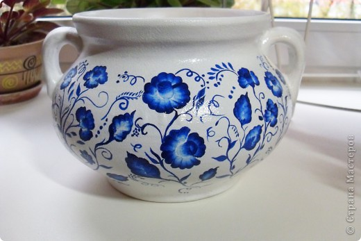 Глиняный вазон (или горшочек) покрыла белой акриловой краской, ну а потом расписала синим акрилом фото 2