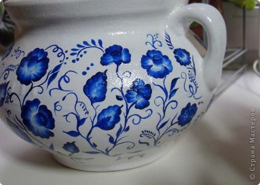 Глиняный вазон (или горшочек) покрыла белой акриловой краской, ну а потом расписала синим акрилом фото 3