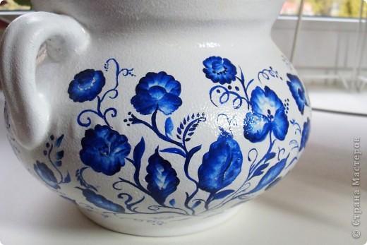 Глиняный вазон (или горшочек) покрыла белой акриловой краской, ну а потом расписала синим акрилом фото 4