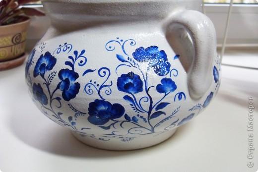 Глиняный вазон (или горшочек) покрыла белой акриловой краской, ну а потом расписала синим акрилом фото 5