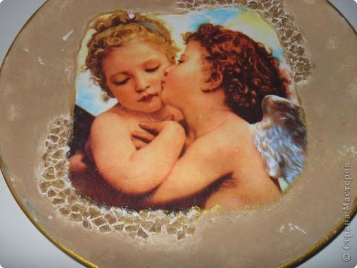 Вот такую первую тарелочку я сделала в подарок маме!Очень рада что ни одной складочки у меня не появилось!фон искажается на фото,на самом деле он бледнее и немного состарен. фото 1