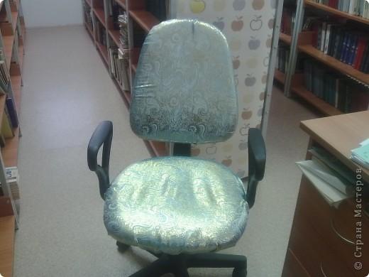 Решила обновить свое рабочее место. Очень понравилась ткань: нежный переливистый плотный шелк. Несколько оттенков, в зависимости от освещения и угла наклона спинки стула. Вот такой теперь не совсем офисный стиль у меня в библиотеке! фото 1