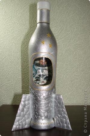 Здравствуйте все,кто зашел посмотреть мои работы!Сегодня мои бутылки для мужчин.Вот такую ракету придумала для мужчины,который увлекся полетами на аэроплане (пока..)Это тонкий намек,что есть  еще куда стремиться! фото 1