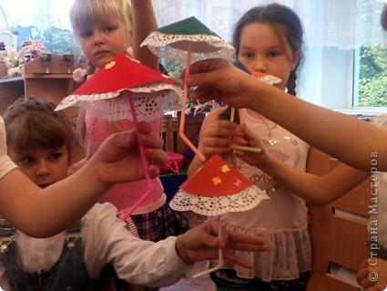 За окном шел дождь и мы решили сделать такие зонтики.Верх - бархатная бумага, а ручка - трубочка. фото 6
