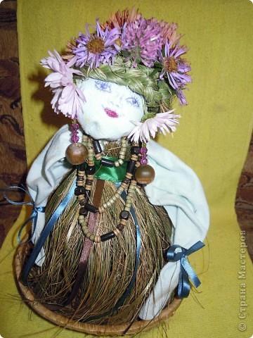 Фею Осень мы придумали с дочками на школьный конкурс поделок из природного материала. Основа тряпочная, использованы осенние цветы, сухая трава, сухие листья, желуди. Внизу фигурки ежиков, цветов сделала дочь из желудей и пластилина. фото 2