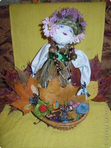 Фею Осень мы придумали с дочками на школьный конкурс поделок из природного материала. Основа тряпочная, использованы осенние цветы, сухая трава, сухие листья, желуди. Внизу фигурки ежиков, цветов сделала дочь из желудей и пластилина. фото 1