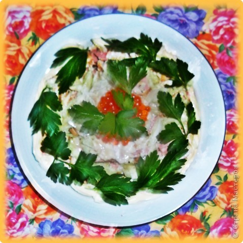 Доброго времени суток!Салат абсолютно традиционный, режется совершенно тоненькой соломкой ветчина(можно вареную колбаску),свежие огурчики,яйца.Уже свои родные последние огурчики.Запрвляем майонезом. фото 1
