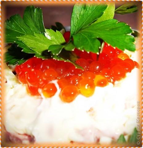 Доброго времени суток!Салат абсолютно традиционный, режется совершенно тоненькой соломкой ветчина(можно вареную колбаску),свежие огурчики,яйца.Уже свои родные последние огурчики.Запрвляем майонезом. фото 3