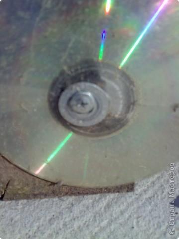 С фотографии и так понятно, что сделан он из ящиков из-под апельсинов-лимонов. Вместо колес использованы диски, но советую подобрать что-то иное. Коса диски просто треплет как бумагу когда травку вокруг косили.Он сейчас не в лучшем виде, но смысл  будет понятен. Я использовала 6 ящиков, высота значения не имеет. Ящики крашены внутри и снаружи. Сдесь сэкономить не получится, видно черные непрокрашеные места. Но на все ушел только один балончик.  Хотя можно и разноцветным делать, как у автора идеи. Там еще и рельсы проложено, но у нас  проложить целую дорогу не получилось. Вот смотрите сами :http://www.liveinternet.ru/users/lukomorje/post106728760/ Паровозик стоит на обрезках доски, а диски к сожалению только бутафория.  фото 4