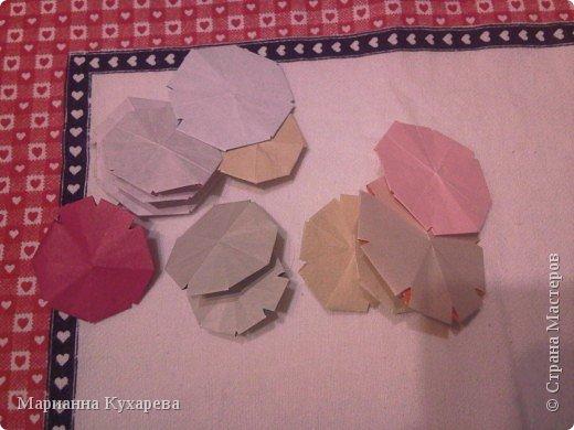 Нам понадобится цветная бумага и ножницы.  фото 9