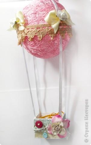 На большом воздушном шаре Мандаринового цвета Мы с тобой проводим это лето.  Вдохновлялась у команды дизайнеров блога Скрап без границ http://scrapbezgranic.blogspot.com/2011/02/10.html   Шар сделан из ниток на воздушном шарике.Короб из плотного картона.Мишка покупной.   Я тут подумала, если за основу взять елочный шар и украсить снежинками, гллитером и другой новогодней тематикой, то получится оригинальное елочное украшение. фото 2