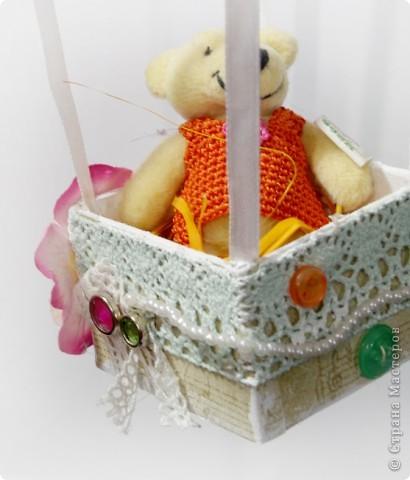 На большом воздушном шаре Мандаринового цвета Мы с тобой проводим это лето.  Вдохновлялась у команды дизайнеров блога Скрап без границ http://scrapbezgranic.blogspot.com/2011/02/10.html   Шар сделан из ниток на воздушном шарике.Короб из плотного картона.Мишка покупной.   Я тут подумала, если за основу взять елочный шар и украсить снежинками, гллитером и другой новогодней тематикой, то получится оригинальное елочное украшение. фото 4