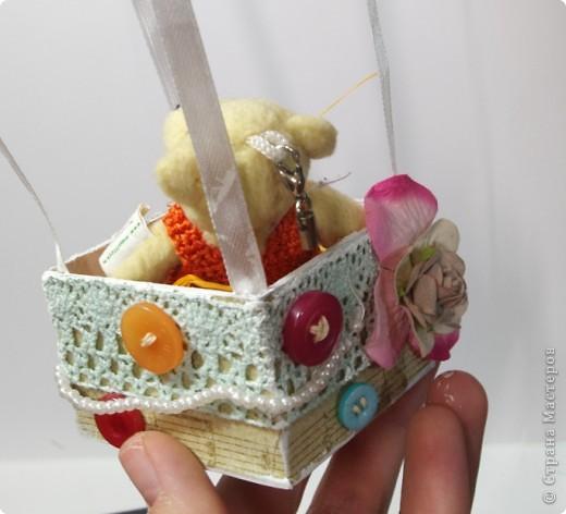 На большом воздушном шаре Мандаринового цвета Мы с тобой проводим это лето.  Вдохновлялась у команды дизайнеров блога Скрап без границ http://scrapbezgranic.blogspot.com/2011/02/10.html   Шар сделан из ниток на воздушном шарике.Короб из плотного картона.Мишка покупной.   Я тут подумала, если за основу взять елочный шар и украсить снежинками, гллитером и другой новогодней тематикой, то получится оригинальное елочное украшение. фото 5