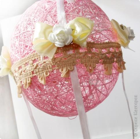 На большом воздушном шаре Мандаринового цвета Мы с тобой проводим это лето.  Вдохновлялась у команды дизайнеров блога Скрап без границ http://scrapbezgranic.blogspot.com/2011/02/10.html   Шар сделан из ниток на воздушном шарике.Короб из плотного картона.Мишка покупной.   Я тут подумала, если за основу взять елочный шар и украсить снежинками, гллитером и другой новогодней тематикой, то получится оригинальное елочное украшение. фото 6