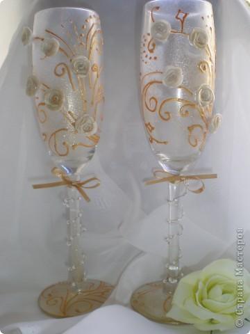 Вот такой свадебный набор получился. Он состоит из подарочного пакета, коробочки и самих бокалов. мастер-класс находится http://www.udivimka.ru/svadebnye-podarki-1905  фото 5