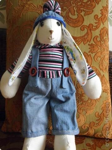 Всем доброго дня! У меня опять заяц.... Только он большой, около 50см. Все остальные у меня маленькие.... Дочка сказала, что это  заяц-рэпер.... фото 1