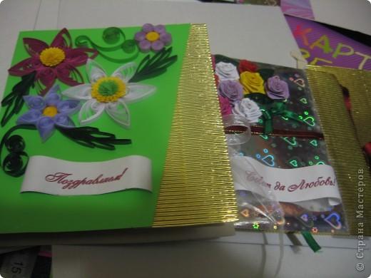 первые цветочки, но клей видно на цветном картоне. Использовала клей ПВА фото 2