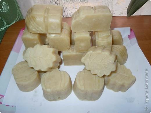 Мыло кастильское(горячим способом).Состав:оливковое масло,кокосовое,пальмовое,касторовое,натуральное шёлковое волокно.В качестве ухаживающих масел:масло ши,репейное масло.Без эфирных масел и отдушек.