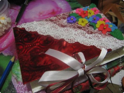 первые цветочки, но клей видно на цветном картоне. Использовала клей ПВА фото 3