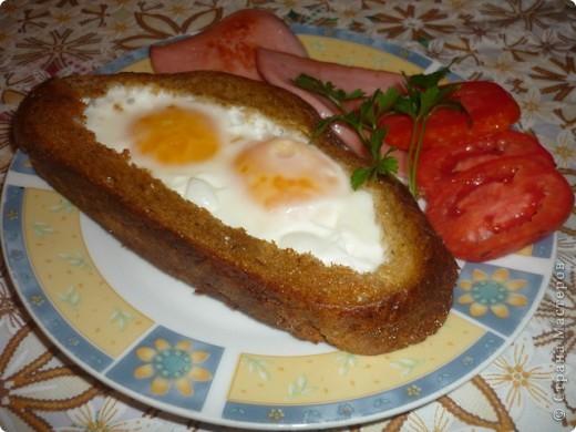 """Предлагаю еще один рецепт завтрака """"Необычная яичница"""" (так же нашла в просторах интернета) Итак, в кусочке хлеба вырезать мякоть, оставляя сненки около 1-1,5 см со всех сторон.  Разогреть сковорду с маслом и обжарить  нашу основу с одной стороны до румянной корочки. Затем  убавить огонь , перевернуть основу-хлебушек в середнку него положить кусочек сливочного масла и залить яйцо или 2 яйца в зависимости от кусочка хлеба. Яичницу посолить. Сковорду накрыть крышкой и жарить на медленном огне до готовности яйца."""