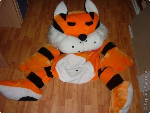 давно муж подарил мне вот такого котика.потом родился сынок.места в квартире становилось все меньше.а так как кот занимает полностью 1.5 сп.кровать я стала думать что с ним делать фото 2