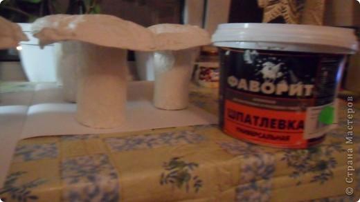взяла рулончики от туалетной бумаги, из картона вырезала вот такой кружок. В рулончик вставила вовнутрь туалетную бумагу и обклеила его бумажным полотенцем, можно также обклеить туалетной бумагой. фото 4