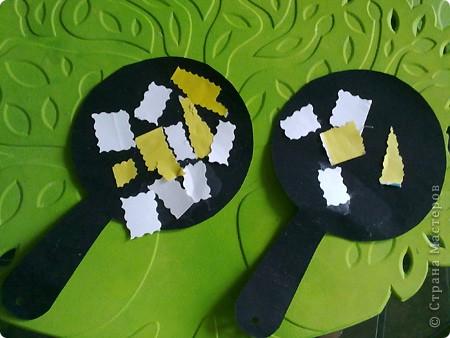 Арбузы из соленого теста, заранее вырезала из картона треугольники и высушила семечки. фото 6