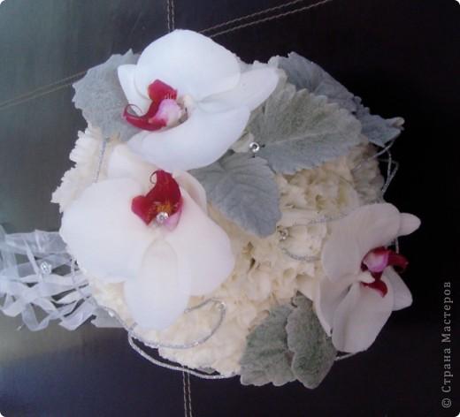 Свадебный тэйпированный букет из гвоздики и фаленопсиса фото 6