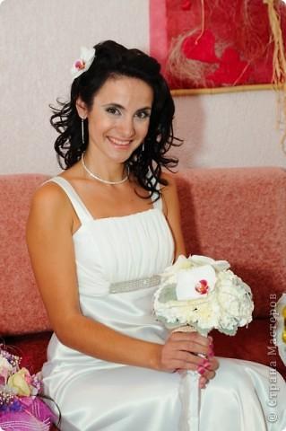 Свадебный тэйпированный букет из гвоздики и фаленопсиса фото 3