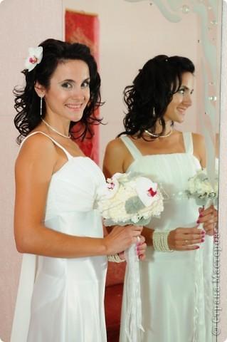 Свадебный тэйпированный букет из гвоздики и фаленопсиса фото 2