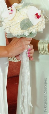 Свадебный тэйпированный букет из гвоздики и фаленопсиса фото 4