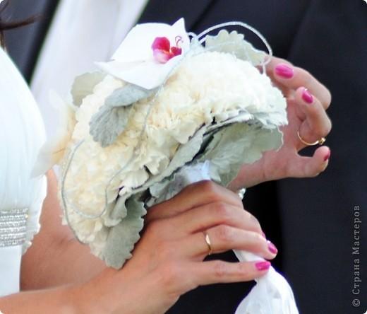 Свадебный тэйпированный букет из гвоздики и фаленопсиса фото 1