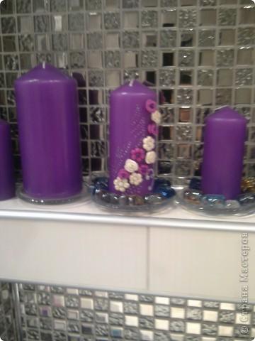 Ванна в серо-белом цвете, а яркие акценты (свечи, коврики) фиолетовые.  фото 2