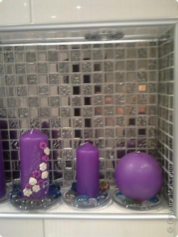 Ванна в серо-белом цвете, а яркие акценты (свечи, коврики) фиолетовые.  фото 1