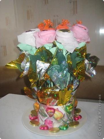 Впервые сделала такой Конфетный букет на день рождения своей дочери, как делать розы смотрела у вас девочки из страны мастеров, а вот крепить как придумала сама, взяла круглую коробочку украсила её, во внутрь баночки вклеила рулон туалетной бумаги, и втыкала свои цветы- конфеты, как  получилось судить вам. а дочери понравилось, спасибо всем мастерицам из страны мастеров за их чудесные идеи. фото 2