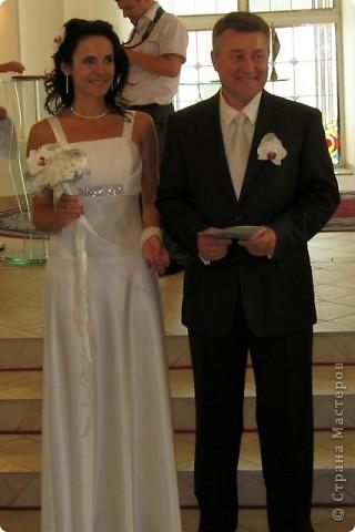 Свадебный тэйпированный букет из гвоздики и фаленопсиса фото 5