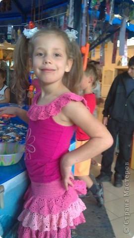 В комплект к маечке (http://stranamasterov.ru/node/230039) связалась юбочка для девочки. Юбка на кокетке, три оборочки и бантик. Все связано крючком по схеме, которая дана в записи к майке. фото 1