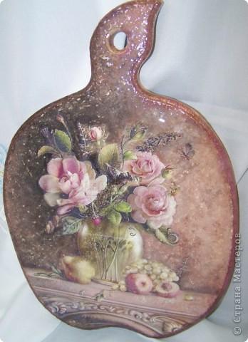 """Моя досточка.. красивая была распечатка, поэтому и назвала ее """"Букет роз"""".. Прямой декупаж,вокруг букета полностью нанесена шпатлевка, затем наждачной бумагой прошкурила,и акриловыми красками полность прорисовала,прочпокала,""""протычила"""" фон досточки..гроздь винограда,завитушки на столе прошласт гелем с эффектом стекла,придала и тут чуть-чуть объема, все покрыла акриловым лаком слоев8,а затем финишный лак- стекловидный-2 слоя..он глянцевый.)) ложится на поверхности хорошо.. фото 2"""