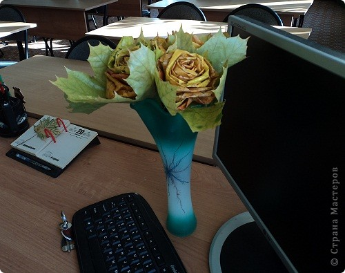 Накануне Дня Учителя с ребятами пробовали делать розы из кленовых листьев по Мастер-классу Т.Н.Просняковой http://stranamasterov.ru/node/2168 И вот подарки: этот букет роз от Марины Видяковой, 5 класс. фото 2