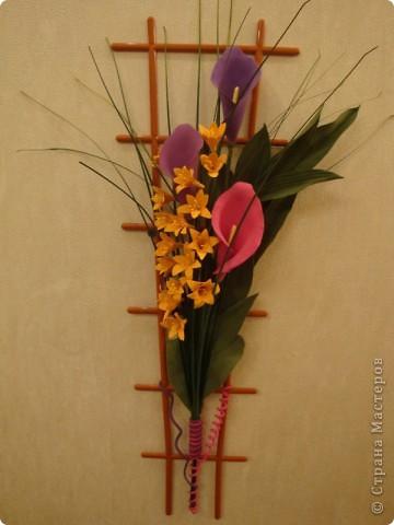 Продолжаю пристраивать давно слепленные цветочки. Эти каллы и листья тюльпанов, слепленные когда-то и готовые вот-вот выброситься, сложились вот в такое панно. Маленькие цветочки - подобие Фрезий, по крайней мере, лепились по той же технологии, слеплены недавно. фото 4