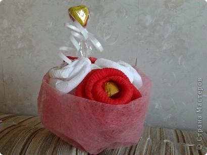 Самый первый сладкий букет, который я сделала подружке на день свадьбы. Такой банальный, но любимый потому что всё с этого началось... фото 2