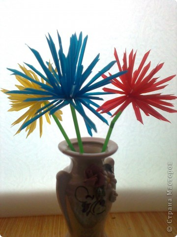 Случайно в магазине наткнулась на разноцветные трубочки. В голове сразу  возникли  тысяча идей!!! Но без цветов, ну ни как.Вот такие цветные астрочки  у меня получились.У синей самые длинные лепестки. фото 1
