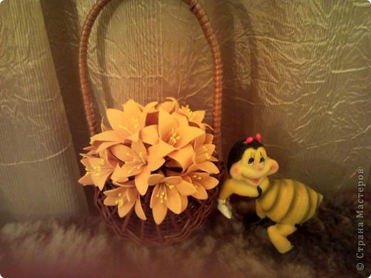 Продолжаю пристраивать давно слепленные цветочки. Эти каллы и листья тюльпанов, слепленные когда-то и готовые вот-вот выброситься, сложились вот в такое панно. Маленькие цветочки - подобие Фрезий, по крайней мере, лепились по той же технологии, слеплены недавно. фото 2
